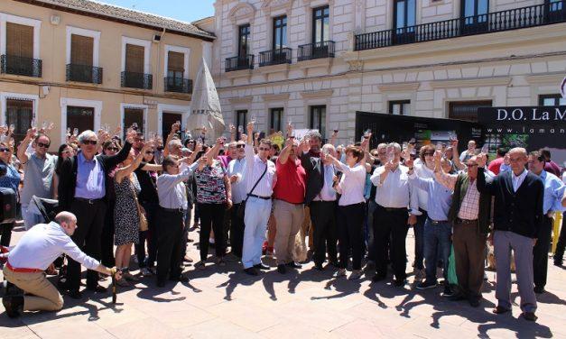 Alcázar se sumó al Movimiento DO con un brindis multitudinario en la Plaza de España