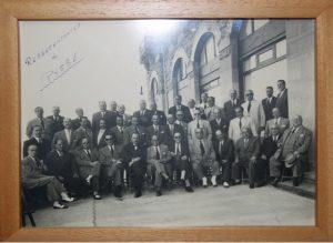 Representantes de la empresa PYSBE en los años 40. En el centro de laúltima fila, señalado con una flecha, Augusto Moreno de la Santa