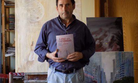 Santiago Garci presenta en Pedro Muñoz su segundo ensayo 'El viaje hacia la eternidad' ante un concurrido auditorio