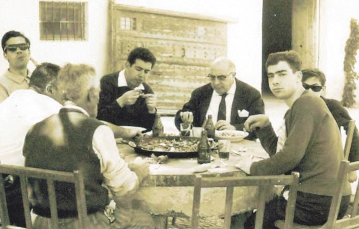 Inocente (en el centro) junto a Eduardo Matos (con traje) en el domicilio de este compartiendo una comida