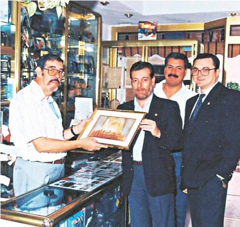 Recibiendo un cuadro de la Santa Cena, de manos del presidente de la Hermandad, en el año 1993