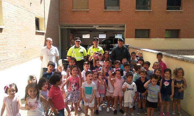 Niños y niñas de la Ludoteca conocen el trabajo que realiza la Guardia Civil