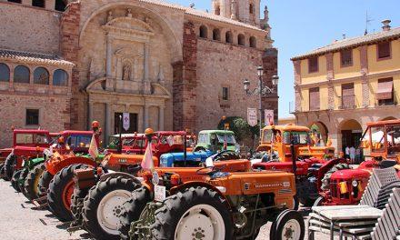 Una veintena de tractores antiguos tomaron la Plaza Mayor