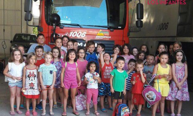 Los niños y niñas de los Talleres de Verano visitan el Parque de Bomberos de Villanueva de los Infantes