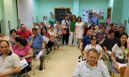 Los usuarios del Centro Ocupacional Azuer reciben sus diplomas de informática