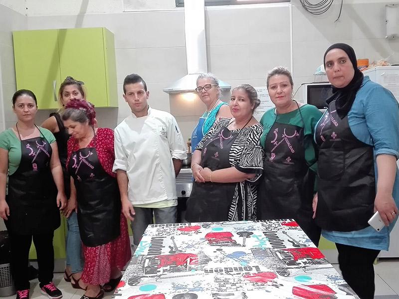 Diez mujeres de distintas nacionalidades aprenden cocina española