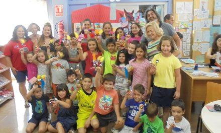 22 niños se fabrican sus marionetas en la sala infantil de la biblioteca