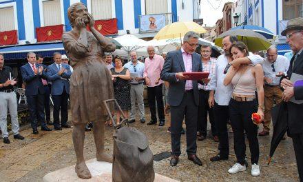 Valdepeñas rinde homenaje a todas las madres con una escultura de Julio López