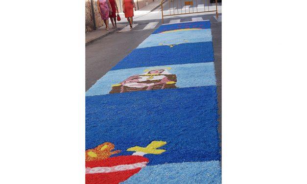Santa María desfiló sobre las alfombras que prepararon los vecinos de su barrio