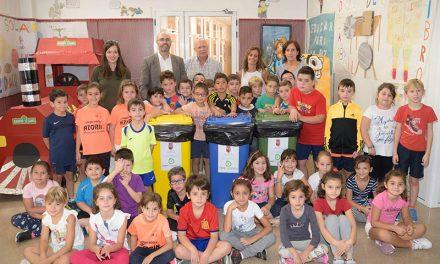 Jiménez entrega contenedores de reciclaje en los centros educativos de Argamasilla de Alba