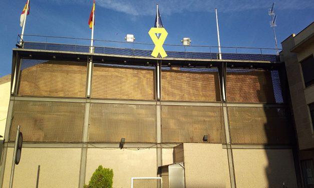 Un gran lazo verde preside la Plaza de la Constitución con motivo del Día Mundial del Alzheimer