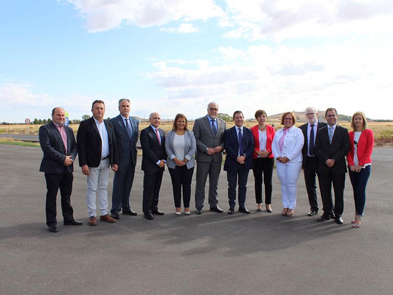 Page inaugura el tramo rehabilitado de la CM-3107 que une Alcázar y Cinco Casas