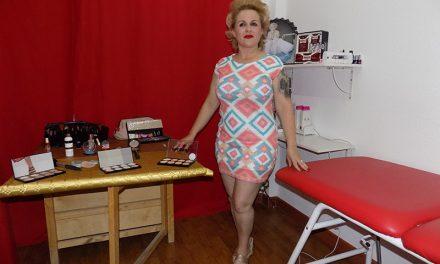 Escaparates vivientes en la inauguración del salón de imagen y belleza 'Marilyn', en La Mata,27