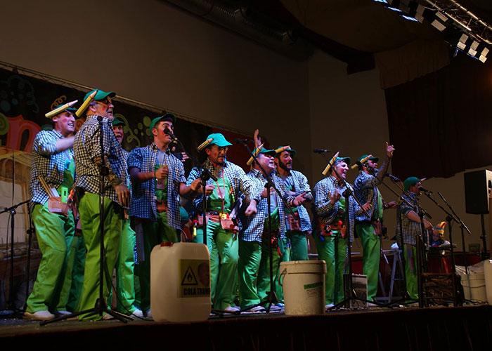Las chirigotas locales afinan voces y rematan preparativos para la actuación del viernes