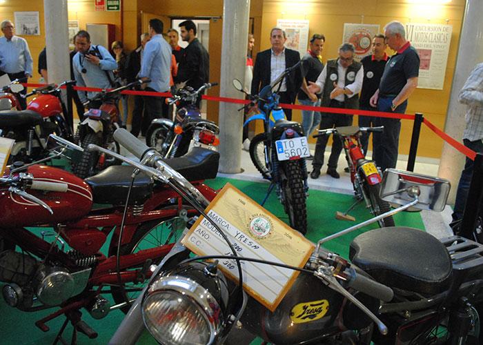 Una treintena de motos antiguas invaden 'La Confianza'