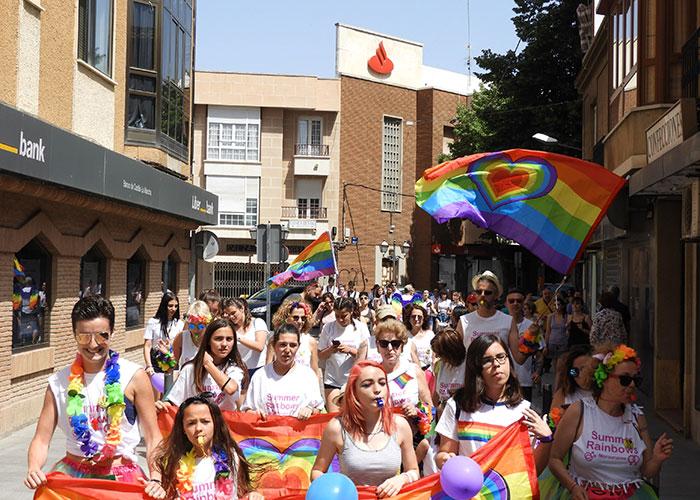 La Summer Rainbows colorea Manzanares a favor de los derechos LGTBI