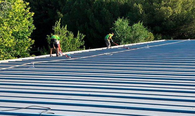 El Ayuntamiento lleva a cabo la impermeabilización de la cubierta del Pabellón Municipal