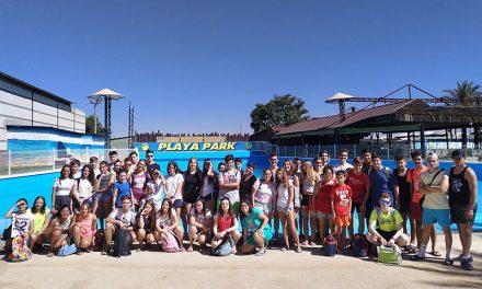 Medio centenar de jóvenes viajó a Playa Park con la concejalía de Juventud