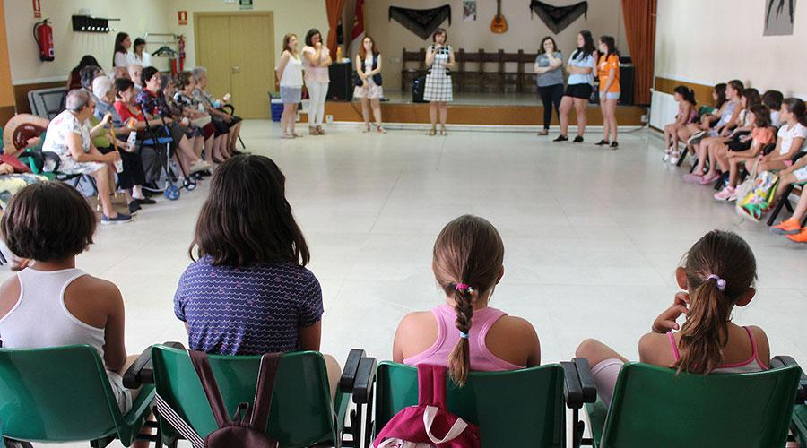 La música, el baile y la expresión corporal unen generaciones en el Día del Abuelo