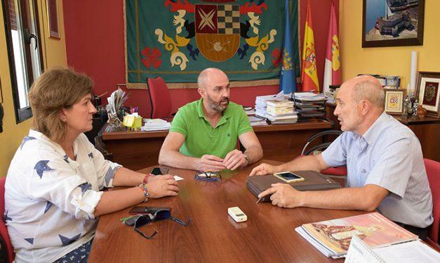 Las energías renovables centran la reunión de trabajo del alcalde y la teniente de alcalde con José Luis Cabezas