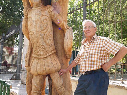 Francisco Ortega Fernández 'devuelve la vida' de un viejo olmo con una gran talla sobre Quijote y Sancho