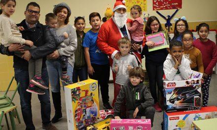 Papá Noel sorprendió con regalos a los niños y niñas del comedor escolar navideño