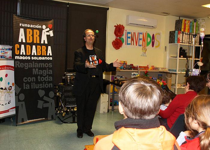 La Gerencia de Alcázar y la Fundación Abracadabra llevan magia, alegría e ilusión a los pacientes y familiares del Hospital Mancha Centro