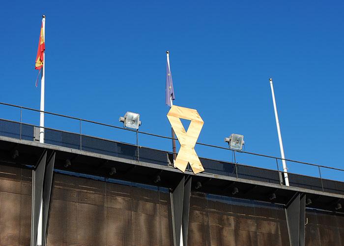 Valdepeñas conmemora el Día del Cáncer Infantil con un gran lazo dorado