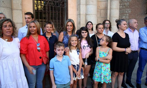 La alcaldesa acompañada de los chicos y chicas de Apandapt inauguran la Feria de Agosto desde la balconada del Ayuntamiento de Toledo