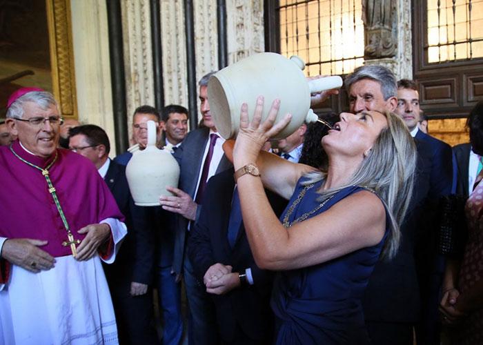 La alcaldesa cumple la tradición de beber agua del pozo de la Virgen en los botijos y destaca el valor de las tradiciones toledanas