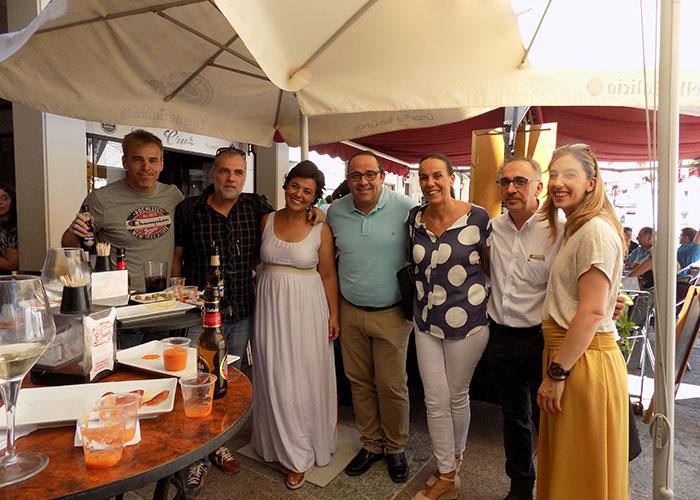 Pilar Zamora y su equipo, en un encuentro informal de Feria con los medios locales