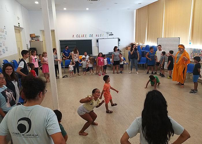 La Escuela de Inglés de Verano se despide con danza africana y percusión corporal