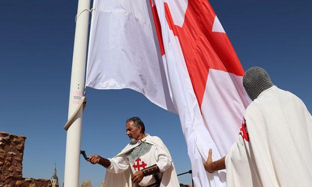 Izada la bandera Calatrava en el castillo de Pilas Bonas
