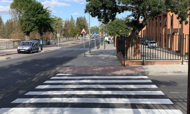 El Ayuntamiento refuerza la seguridad de los entornos escolares con motivo del inicio del curso con el repintado de 90 pasos de peatones