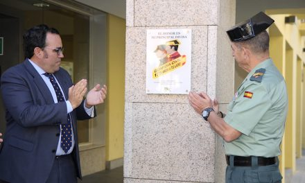 El Ayuntamiento coloca en la sede institucional una placa en homenaje a la Guardia Civil