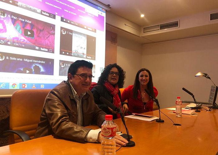 El Gobierno local respalda a Olga Ruiz en la presentación de su primera obra 'Un desastre delicioso'