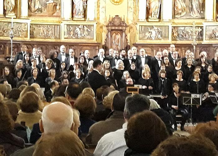 Largos aplausos y bravos de un público entregado en el VI Concierto Participativo Coral 'El Mesías' de la catedral