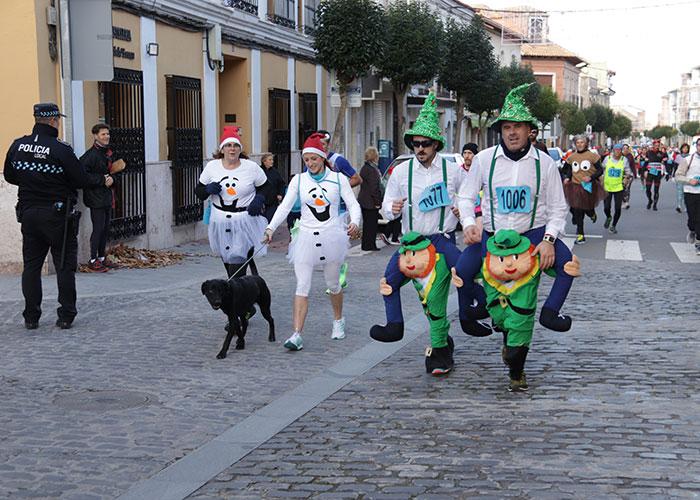 Mayores y pequeños corren por una buena causa y para celebrar el comienzo de la Navidad