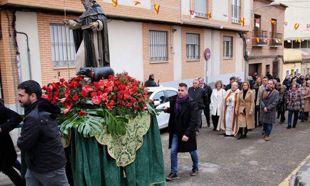 Milagros Tolón y otros representantes de la Corporación asisten al acto central de la festividad de San Antón en la ermita del barrio