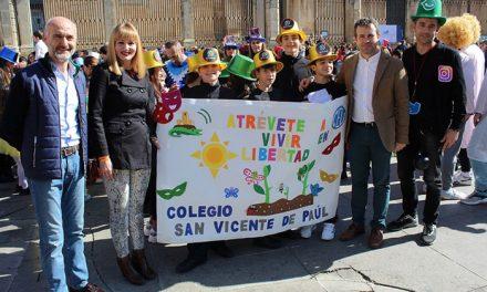 El Pasacalles de Carnaval Escolar que promueve y organiza el Ayuntamiento ha reunido a más de 1.700 niños que han recorrido el centro de la capital