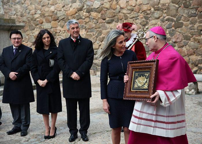 """Milagros Tolón recibe al nuevo arzobispo en la Puerta de Bisagra y afirma que encontrará """"colaboración plena"""" en el Gobierno local"""