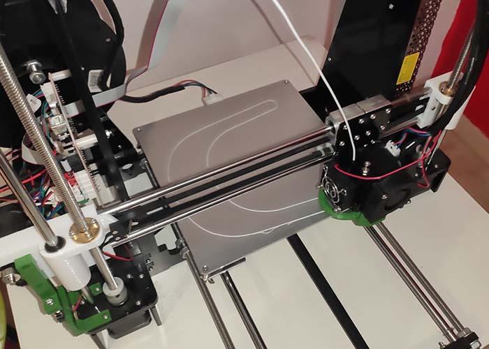 Voluntarios de Daimiel desarrollan piezas con impresora 3D para las pantallas de protección de los sanitarios