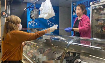 La Concejalía de Comercio y Mercados de Jaén reparte mascarillas entre los establecimientos minoristas abiertos al público para reforzar la seguridad de los empleados