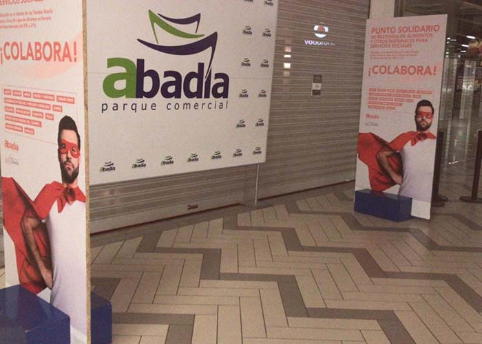 El Ayuntamiento colabora con el Centro Comercial Abadía en una recogida de alimentos para las personas más necesitadas