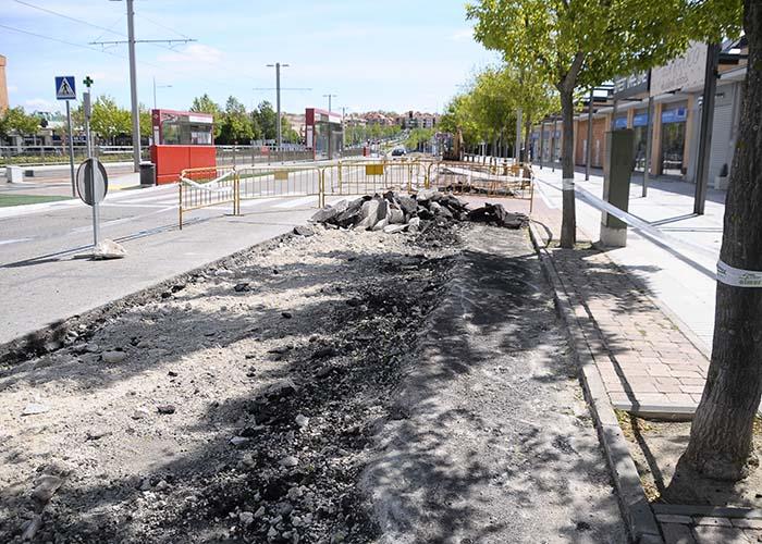 Comienzan las obras para colocar las plazas en batería en el aparcamiento de la avenida Siglo XXI