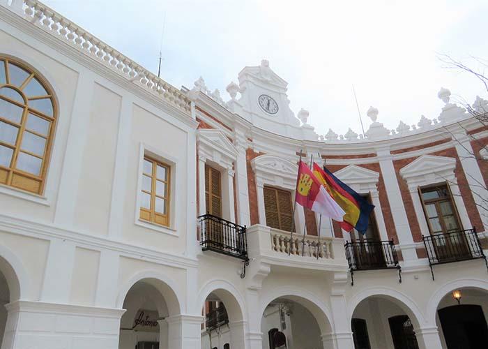 El Ayuntamiento de Manzanares retoma su actividad a puerta cerrada