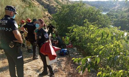 Bomberos y Policía Local participan en el rescate de un hombre que se precipitó desde el yacimiento del Cerro del Bú
