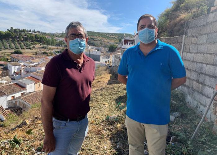 El Ayuntamiento de Martos desarrolla tareas de limpieza y adecuación en el solar de la ladera de la calle Senda