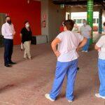 El Alcalde de Pinto comienza una ronda de visitas al personal responsable de la limpieza en colegios