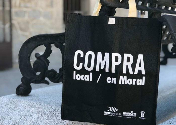 El comercio local de Moralzarzal regala mascarillas y bolsas de compra